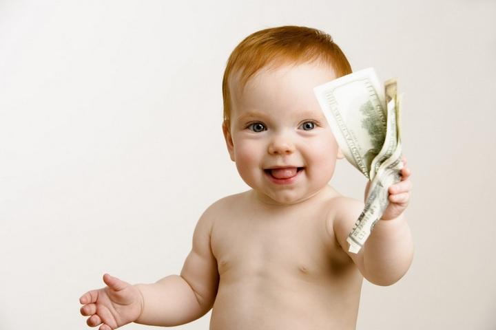 お金を持っている赤ちゃん
